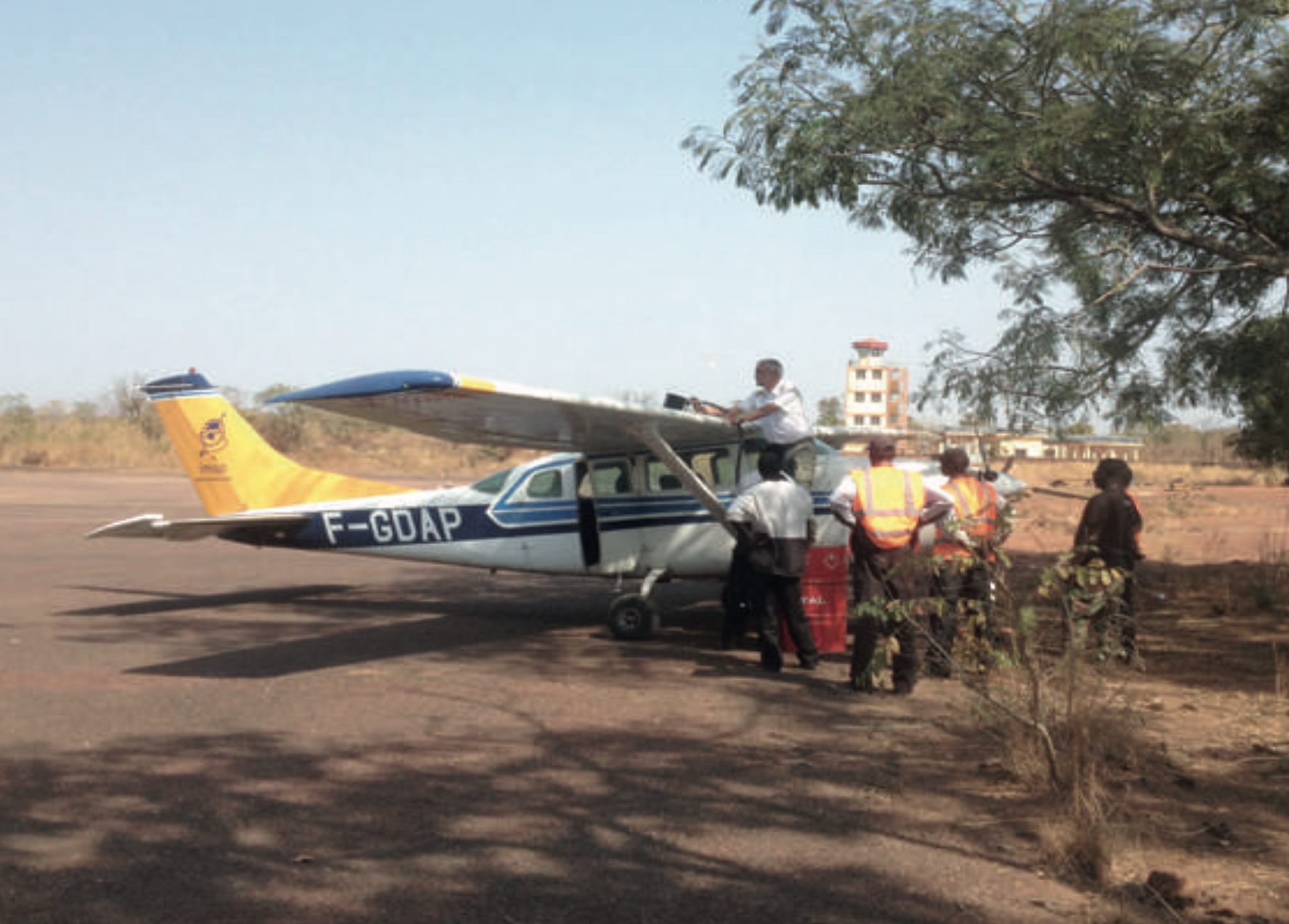 Refuel of the Cessna 206 in Guinea Conakry
