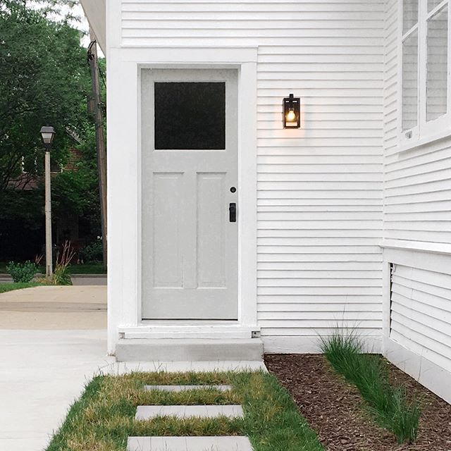 ... sweet little back entry to the Murray Bungalow ... see all of the back yard reveal pics up on our site today (finally!) ... head to www.dailyhomeco.com/journal ... | 📷 : @dailyhomeco