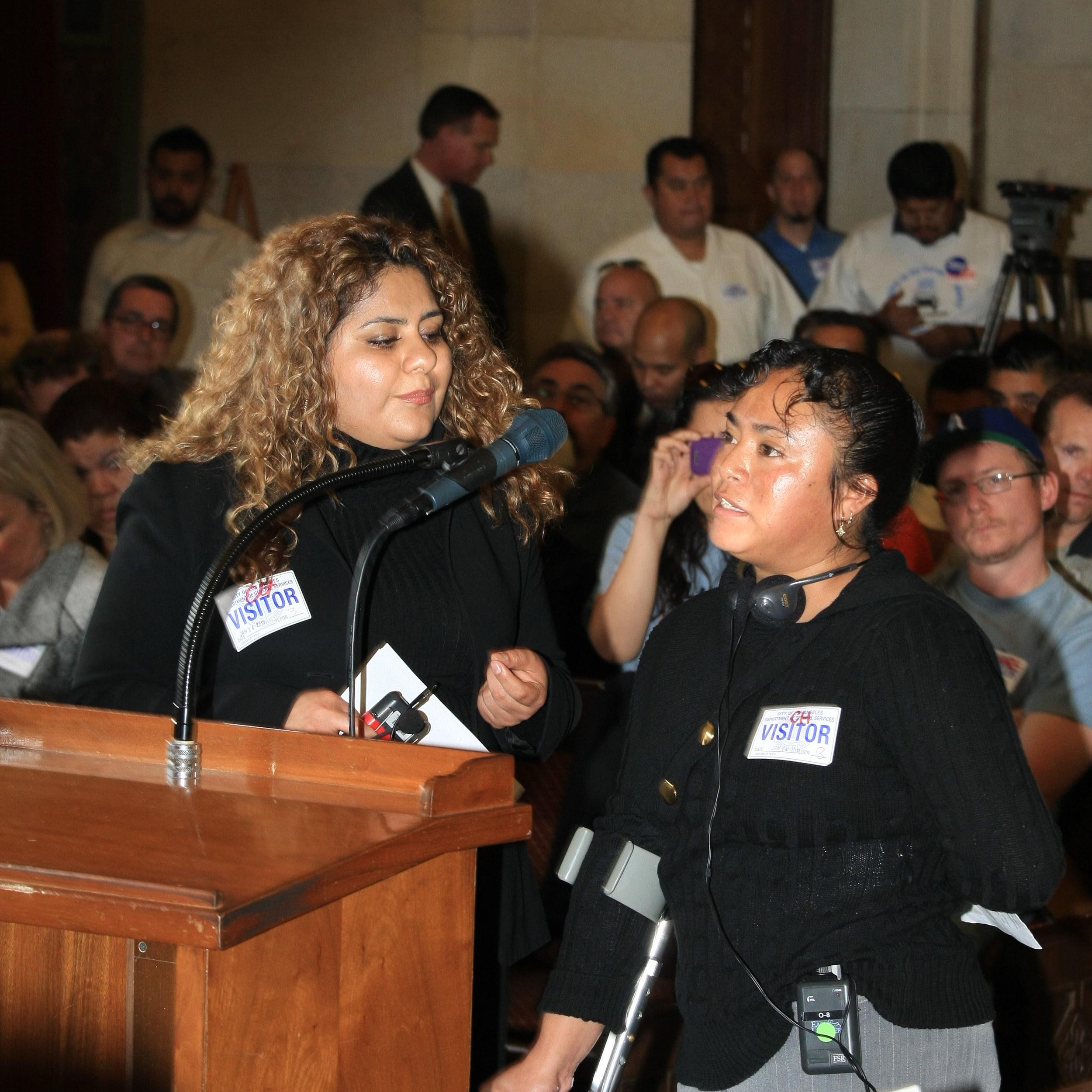 Aura López comparte su historia en una audiencia pública