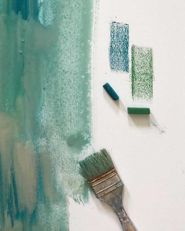 Monday Play. ⁣✌🏼⁣ ⁣ ⁣ ⁣ ⁣ ⁣ #sunblewisart #artist #painting #artlover #arttools #painter #painting #layers #softpastels #charvin #acrylic #mixedmedia #acrylicpaint ⁣#green #turquoise #layers #texture #dailydoseofcolor ⁣#mondaysview ⁣ ⁣