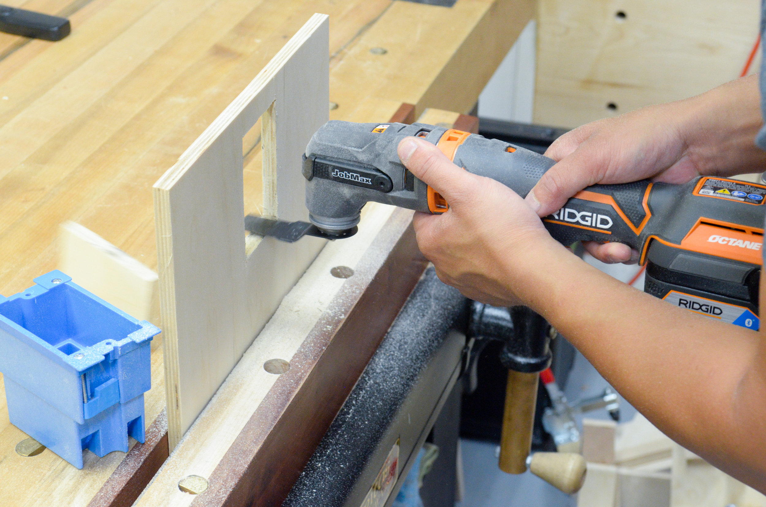 The 1-1/8 in plunge wood cutting blade is perfect for making right angle cuts.