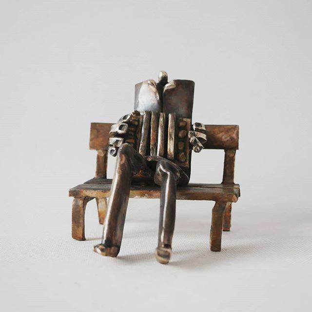 The Busker / Grajek Uliczny 🎶 . . . . . #leszekmichalski #sculpture #bronze #busker #art