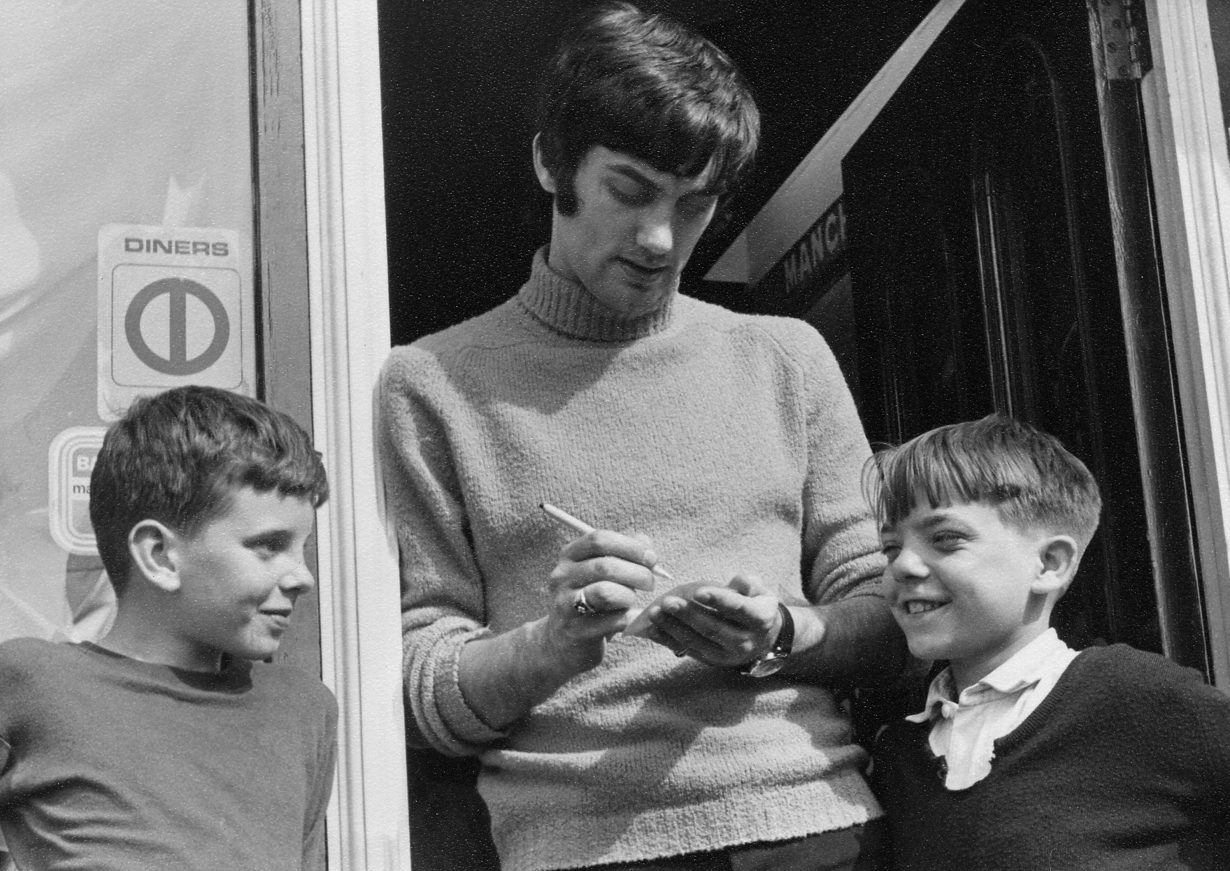 GEORGE BEST signing autographs 1-53-6 (1968).jpg