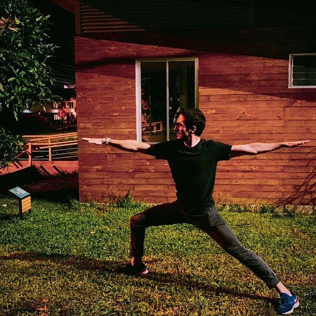 🧘🏻♂️ Feliz día internacional del yoga . El yoga es parte de mi rutina semanal, me ayuda a entrenar la mente y el cuerpo al mismo tiempo, a complementar mi rutina del gimnasio con estiramientos y liberar toxinas. . Este es mi sexto mes practicándolo y no podría estar más motivado de seguir al ver que cada vez puedo llegar más lejos 💪🏻 . Gracias profes @adriana_chantico y @cindu_om 🙏🏻 . Y gracias @lauralinars por la foto 🙌🏻 . #diainternacionaldelyoga #yogacostarica