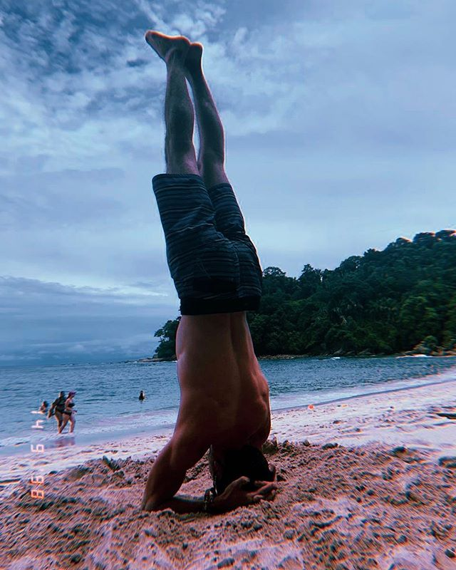 Razón n° 281 para practicar #yoga: . Poder ver el mar de cabeza 🙃 . (Es preferible no hacerlo directamente sobre la arena. Ya me lavé el pelo y me sigue saliendo)