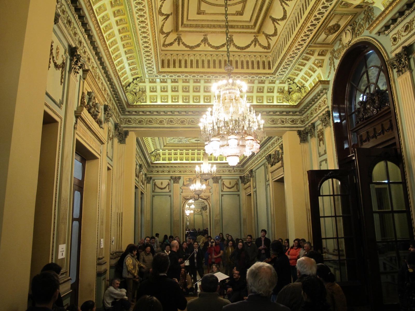David Ballesteros tocando en el Salón de los Espejos en el Antiguo Circulo Militar. Centro histórico de Quito. Junio 2018