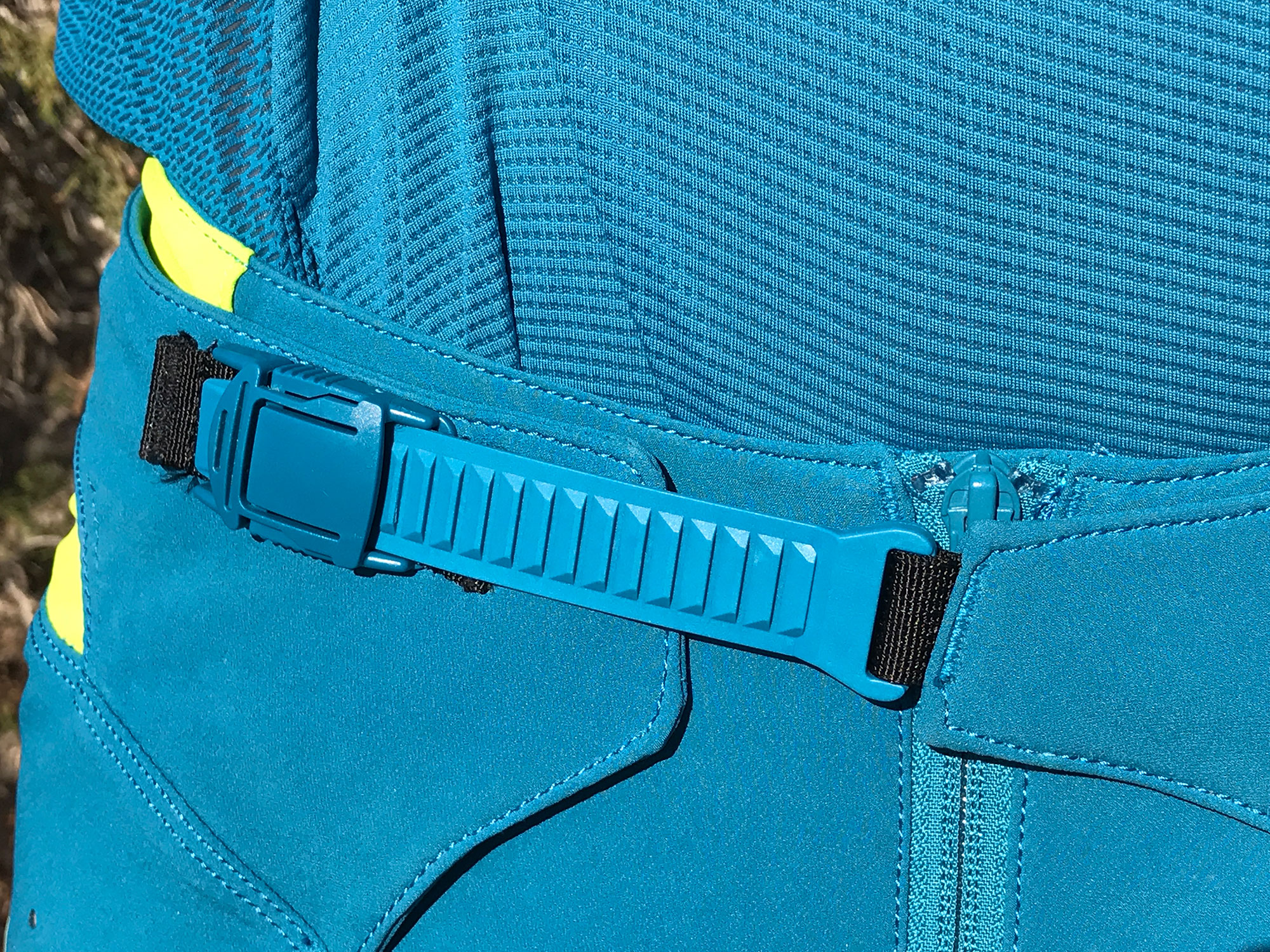 The new closure system on the 2.0 FlexAir pant molds the pant to your waist while maintaining flexibility on the bike.