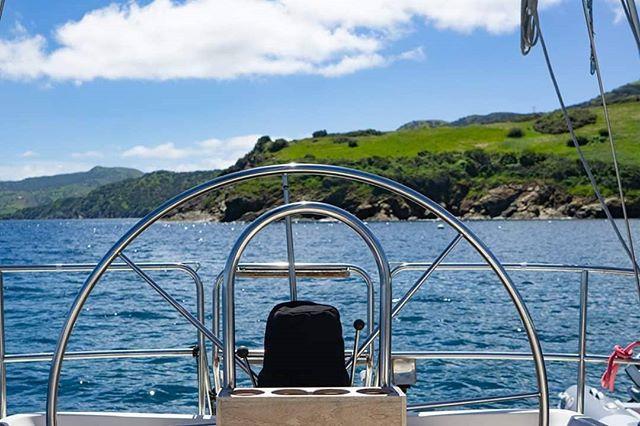 Back yard view. ... ... #sailingaria #sailboatlife #liveaboardlife #catalinaisland #emeraldbay #twoharborscatalina #onthehook #favoriteanchorages #atanchor
