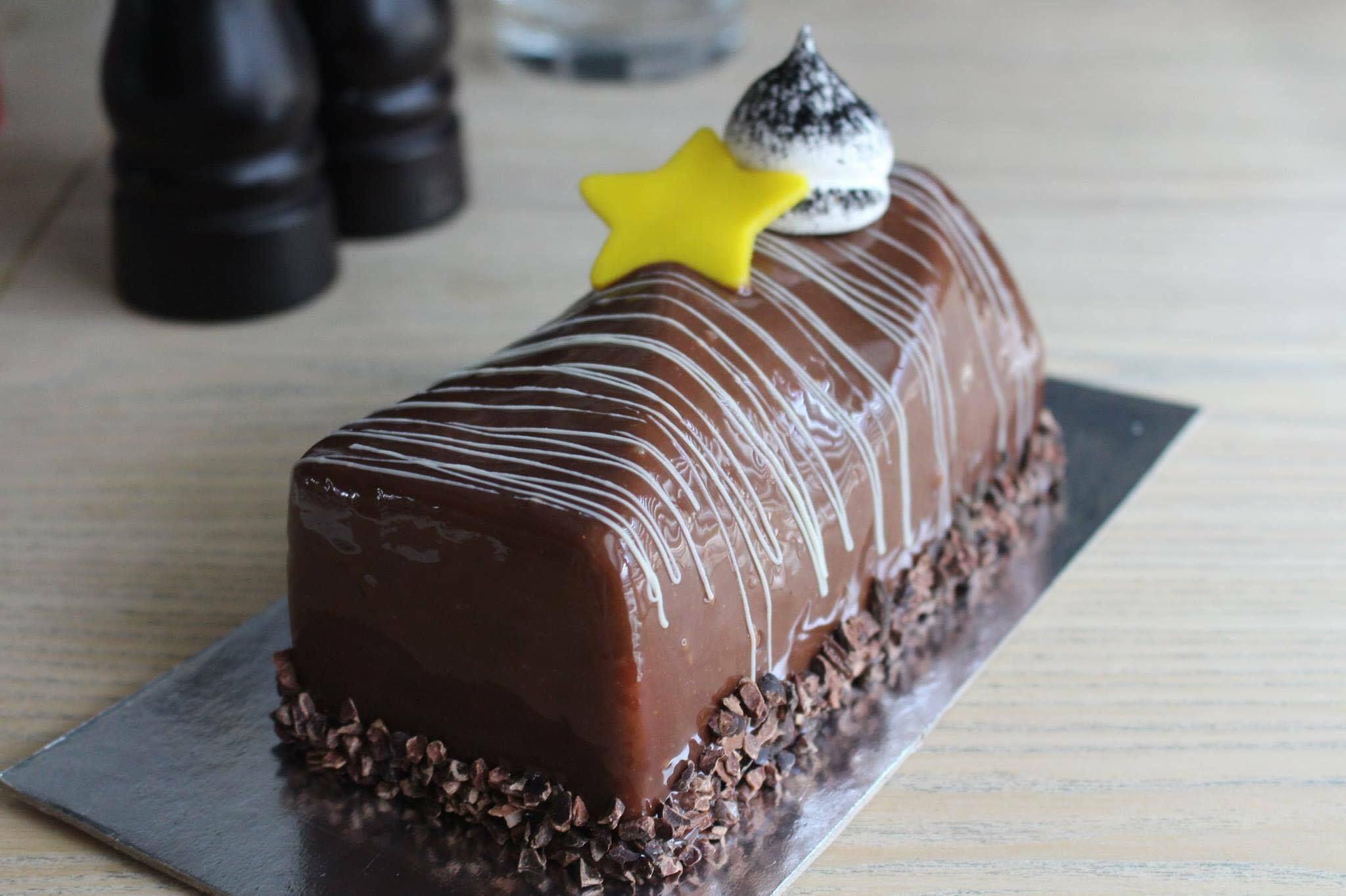 Triple Chocolate - Triple chocolate mousse with crunchy base log