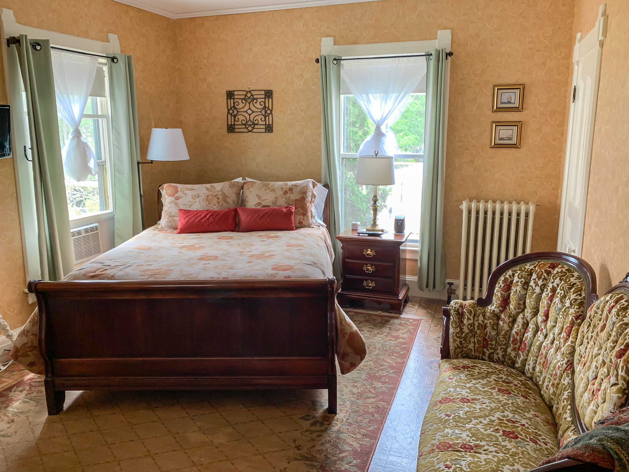 North Haven - A queen-sized cherry sleigh bed anchors this guest room in classic victorian style. Located on the second floor.Room Features: Standard queen bedded room, full en-suite bathroom with tub and shower.