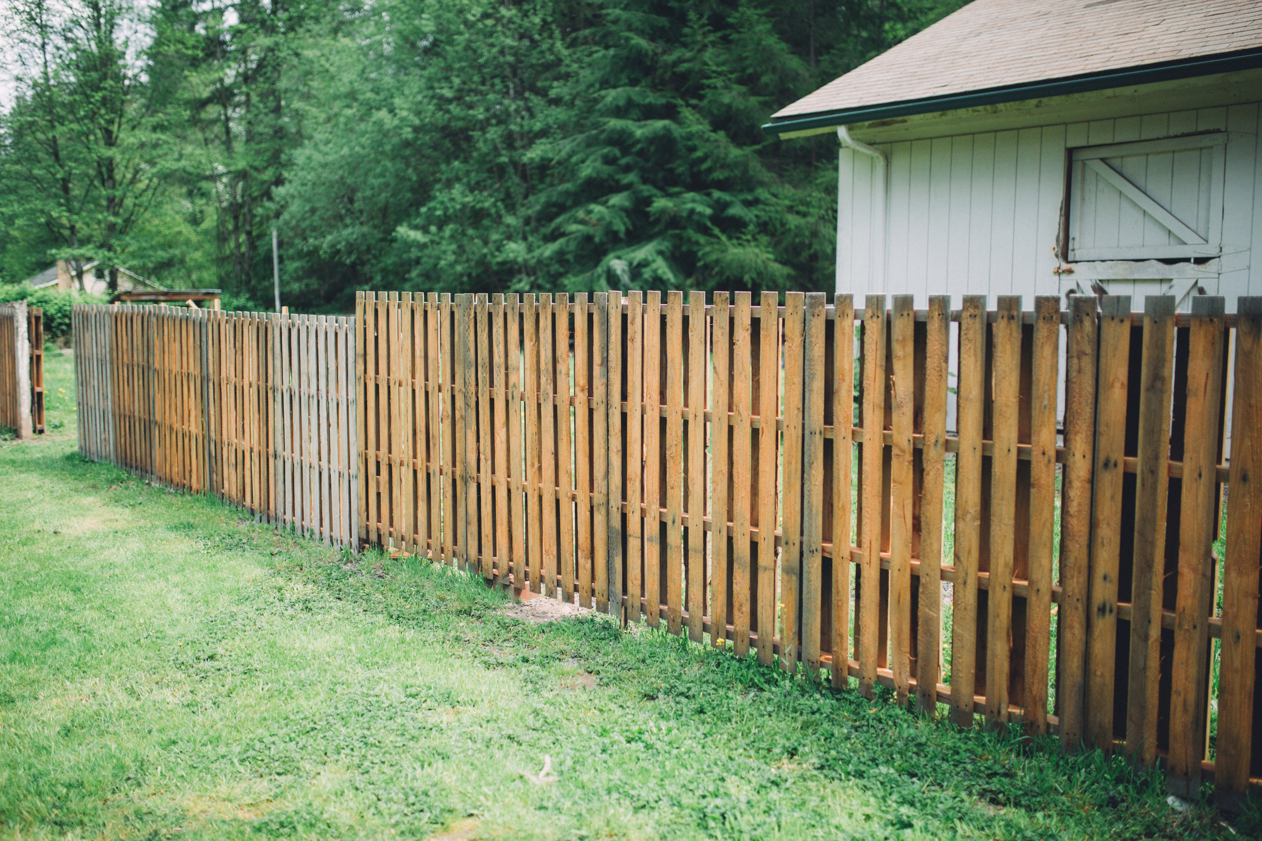 this simple and easy design is made with t-posts and pallets attached with metal strips.