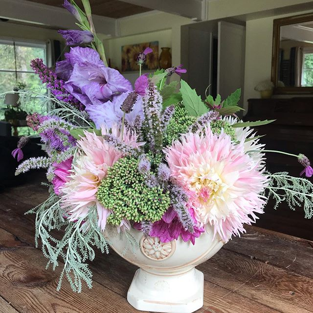 I love this gorgeous arrangement I just made! Having flowers in my garden is one of my favorite things!!! This arrangement features dahlias, gladiola, sedum, mint, lavender, and false curry. I am in love with this color combo! Happy Sunday 😊 #slowflowers #ilovefloraldesign #herbandflowerfarm #growyourownflowers