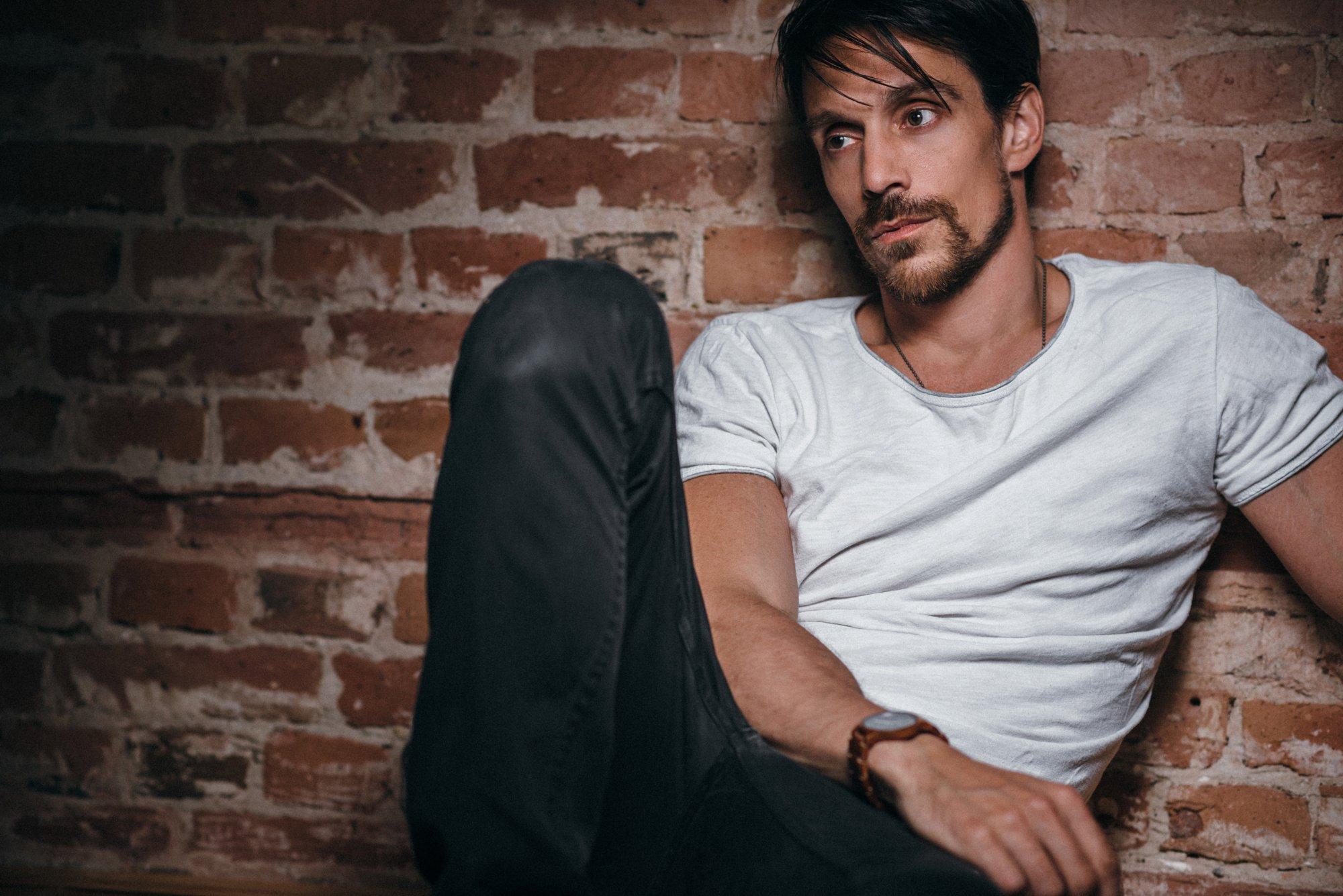 Schauspieler Porträt vor einer Steinwand im Studio 23