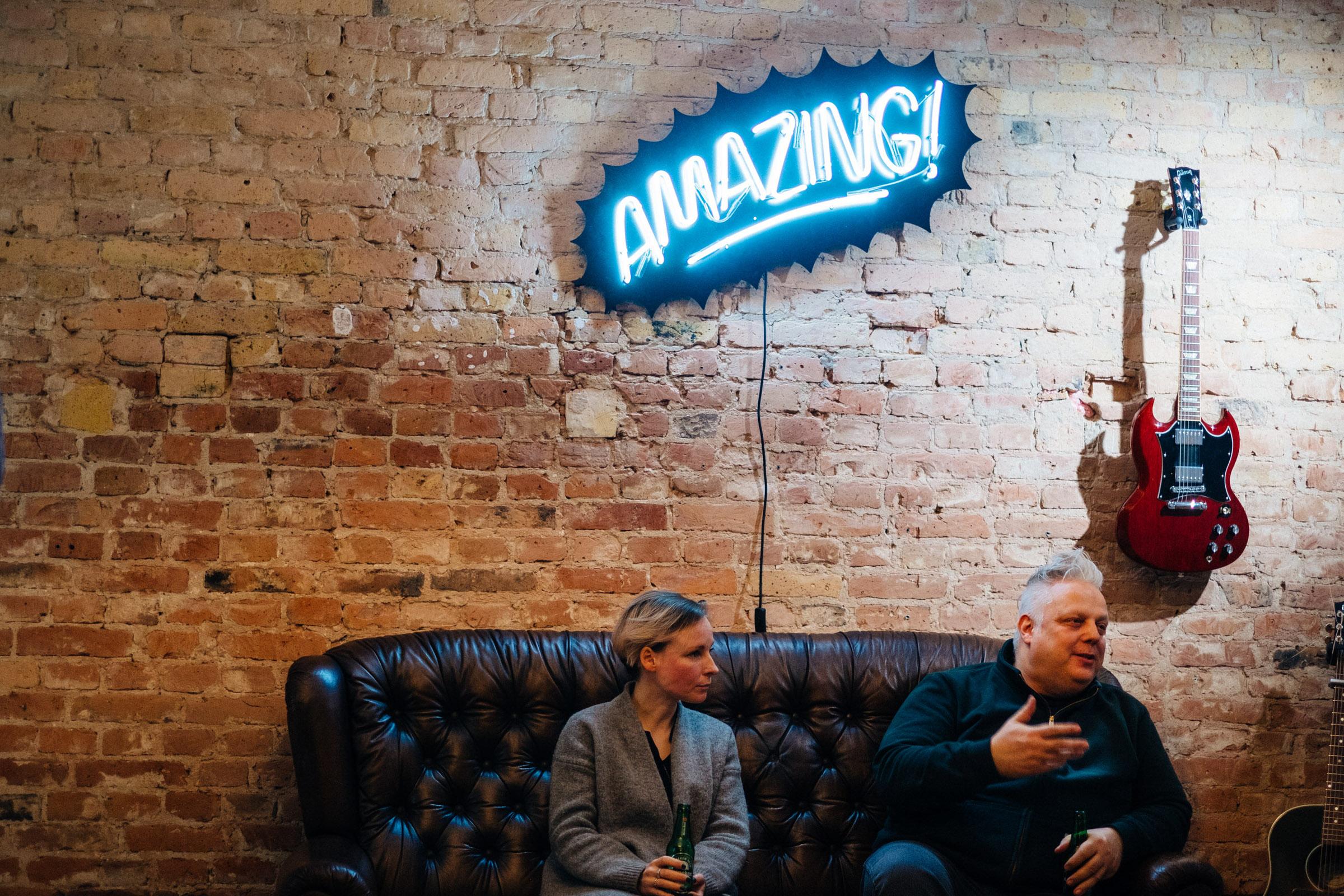 Sofa mit Lautschrift im Fotostudio Berlin