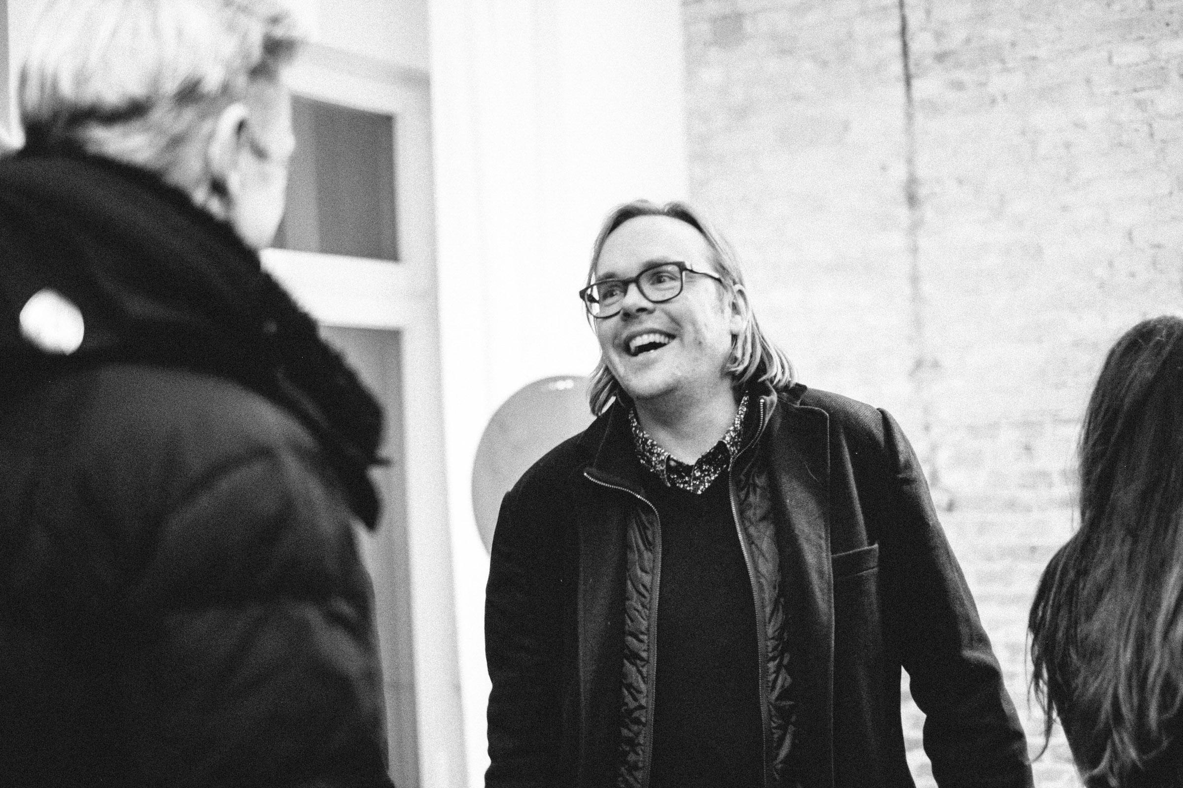 Fotograf Nils Hasenau auf der Eröffnungsfeier im Studio 23 Berlin