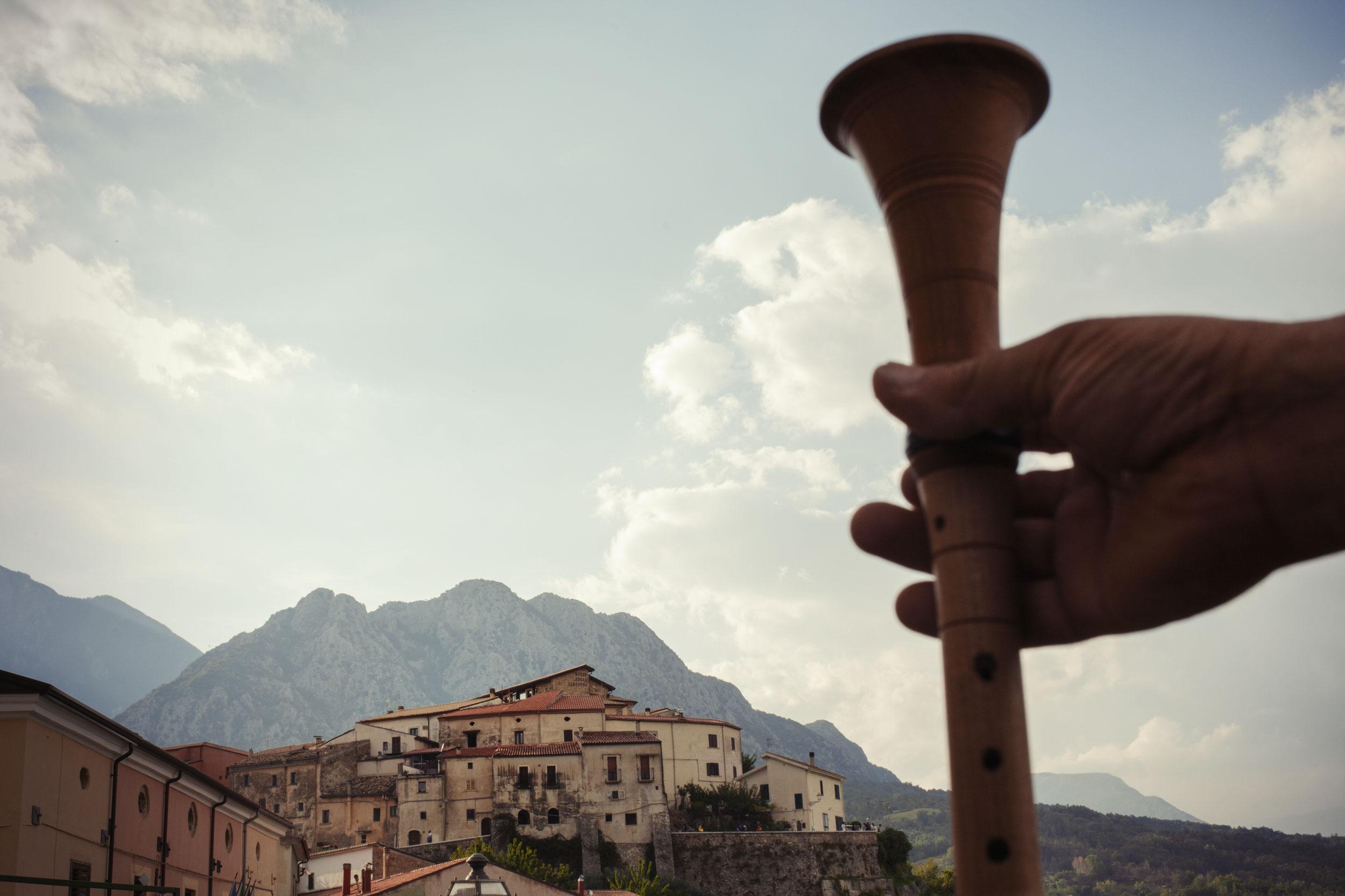 Scapoli (IS), Luglio 2018. Una veduta particolare del del paese con annessa una ciaramella, altro strumento tipico che si accompagna alla zampogna.