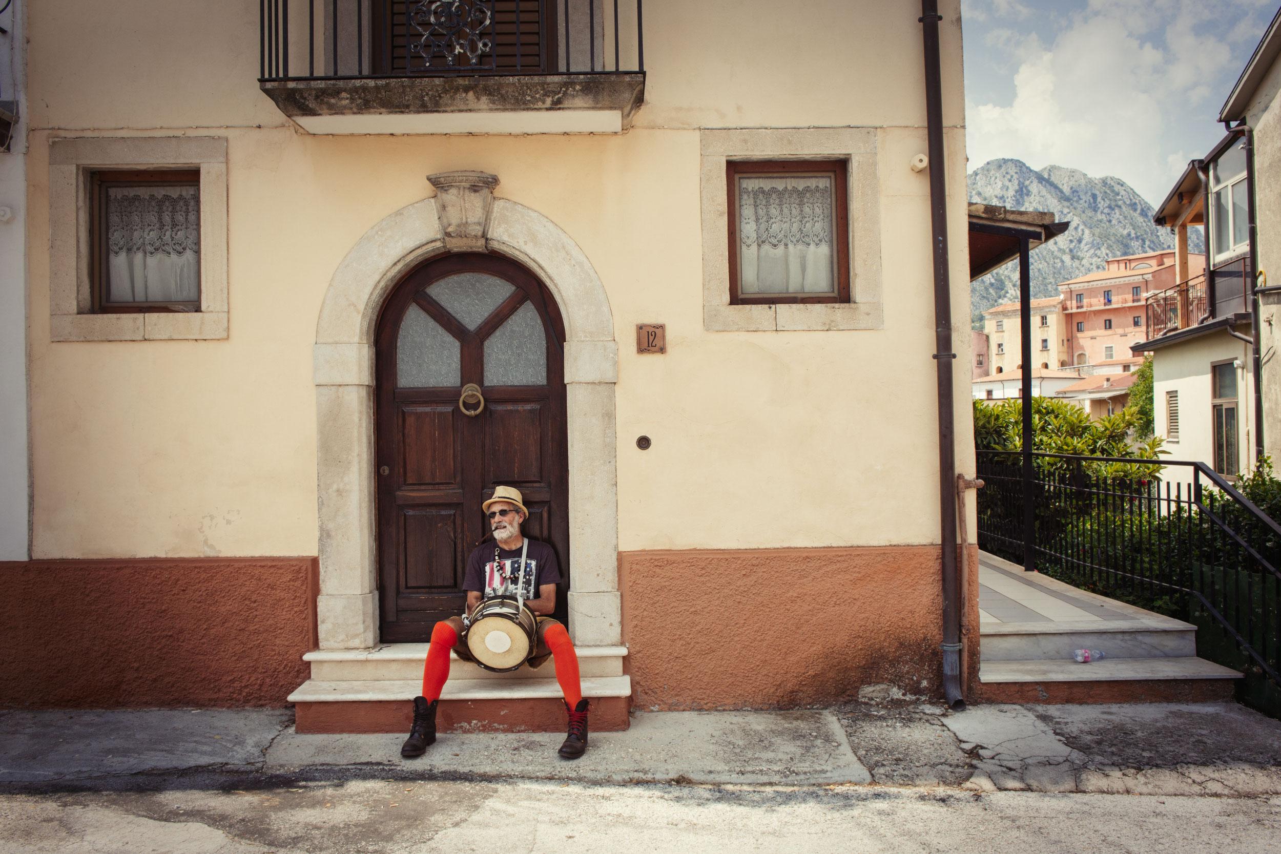 Scapoli (IS), Luglio 2018. Uno dei tanti caratteristici e colorati partecipanti al festival immortalato nelle strade del piccolo borgo molisano che ospita la manifestazione.