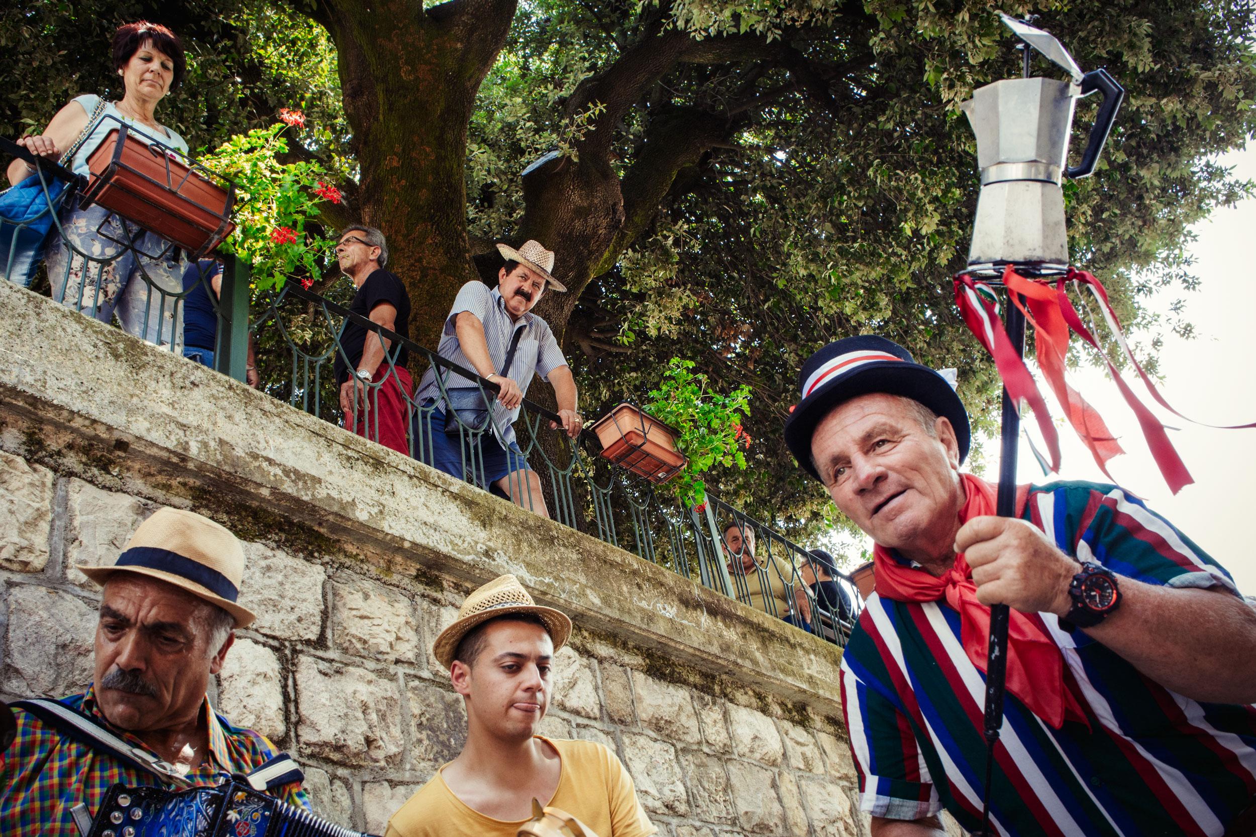 Scapoli (IS), Luglio 2018. Un gruppo di suonatori anima le strade del paese durante la due giorni con canti e balli tipici. Queste scene si ripetono continuamente nell'arco della due giorni del festival, offrendo notevoli spunti fotografici.