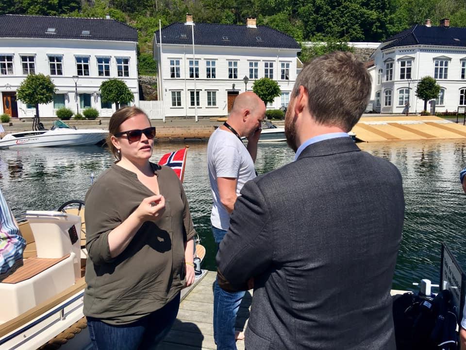 Ida fra Green Waves prater med Torbjørn.