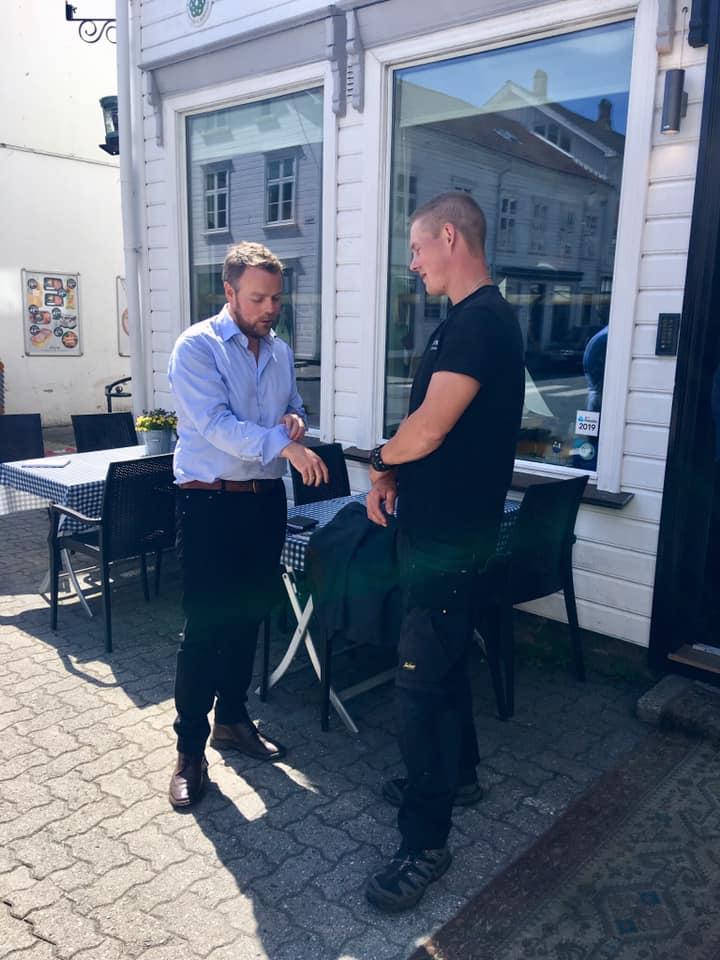 Torbjørn og gründer Marius Jacobsen slår av en prat.
