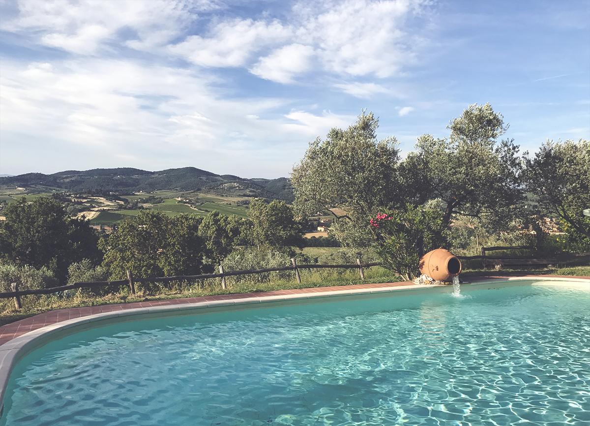 cipollatico_piscina_colline.jpg