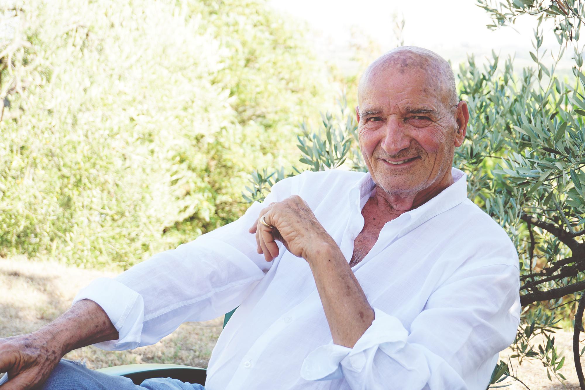 Silvano Manetti, nel giardino dell'agriturismo.