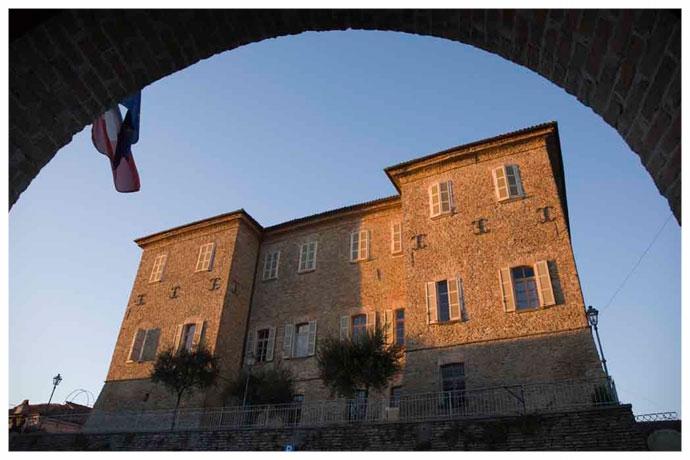 Mango-il-castello-visto-dal-municipio.jpg