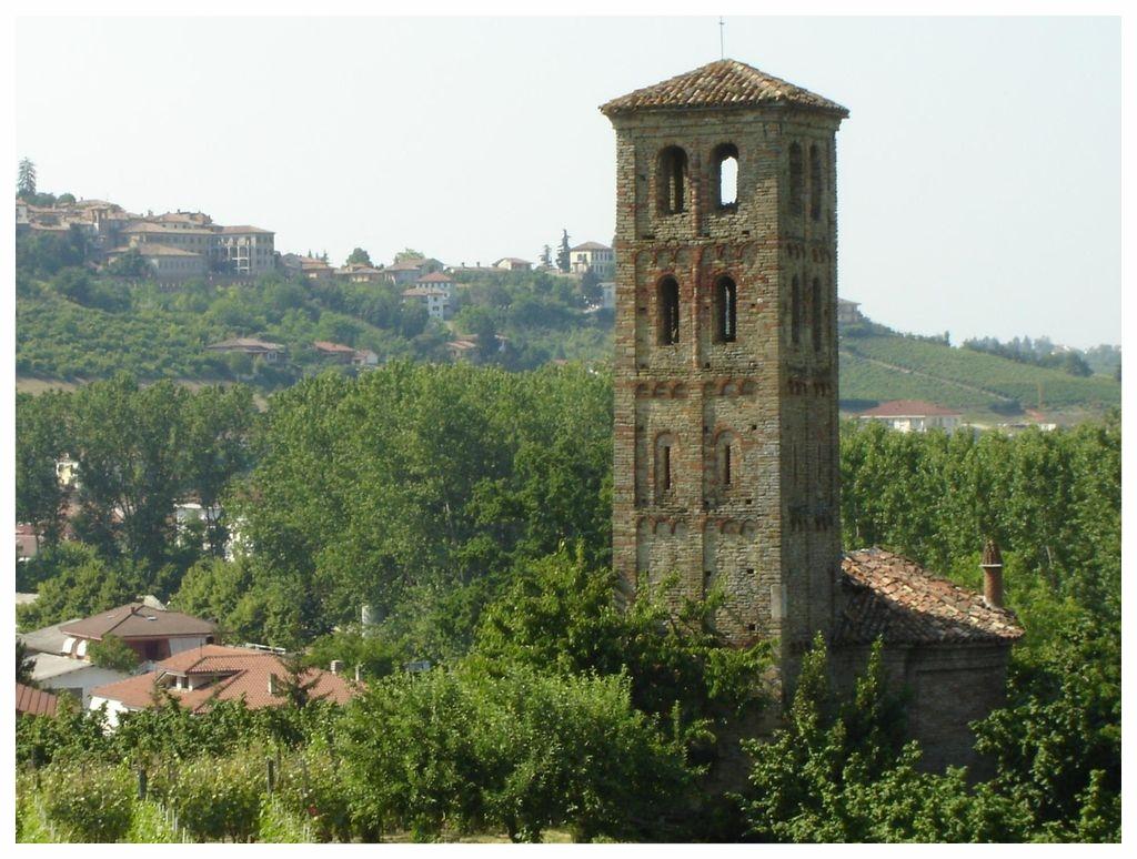NEIVE LANGHE ROERO PIEMONTE TURISMO VISITA BORGHI ITALIA  TORRE.jpg