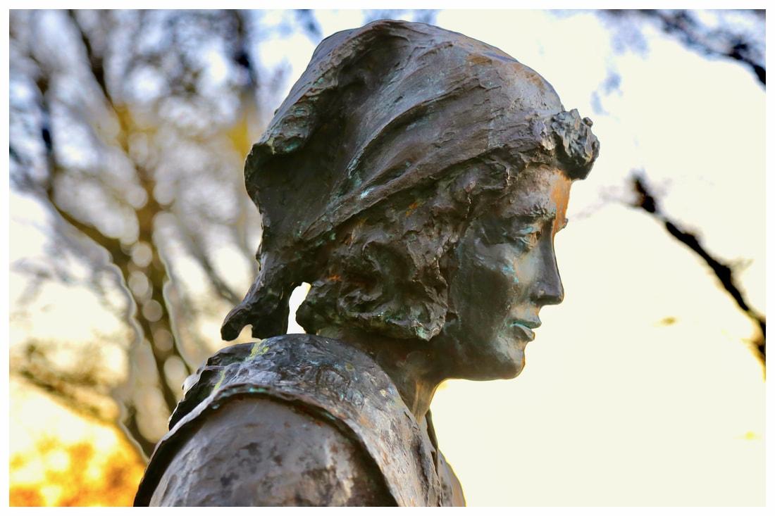 monumento alla Donna di Langa .jpg
