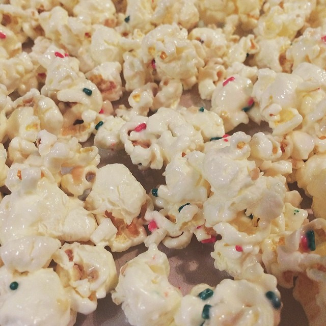 Oh my yum! White chocolate popcorn with sprinkles recipe via @gimmesomeoven