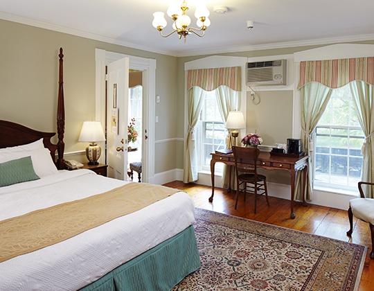 Historic Queen Hotel, private bath