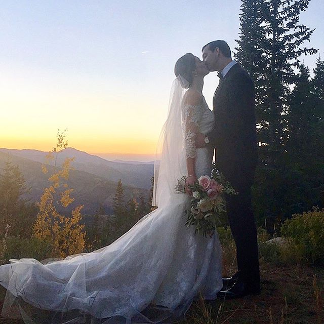 Sunset kisses a'top of Aspen!  And this is with my old I phone - can't wait till we get the professional pics back! 📷@mountainoccasions📱