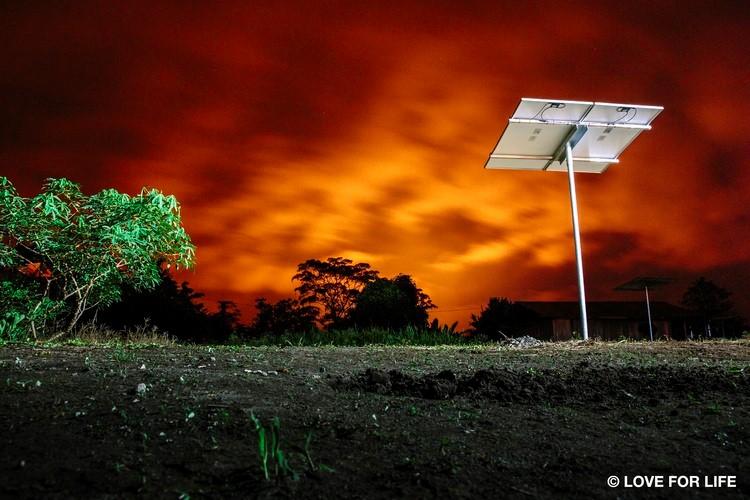 System montażowy firmy Arausol do fotowoltaicznej instalacji wyspowej w Amazonii w Ekwadorze. Płonące niebo pokazuje oddalone o kilometry pochodnie gazowe na terenach wydobycia ropy naftowej.