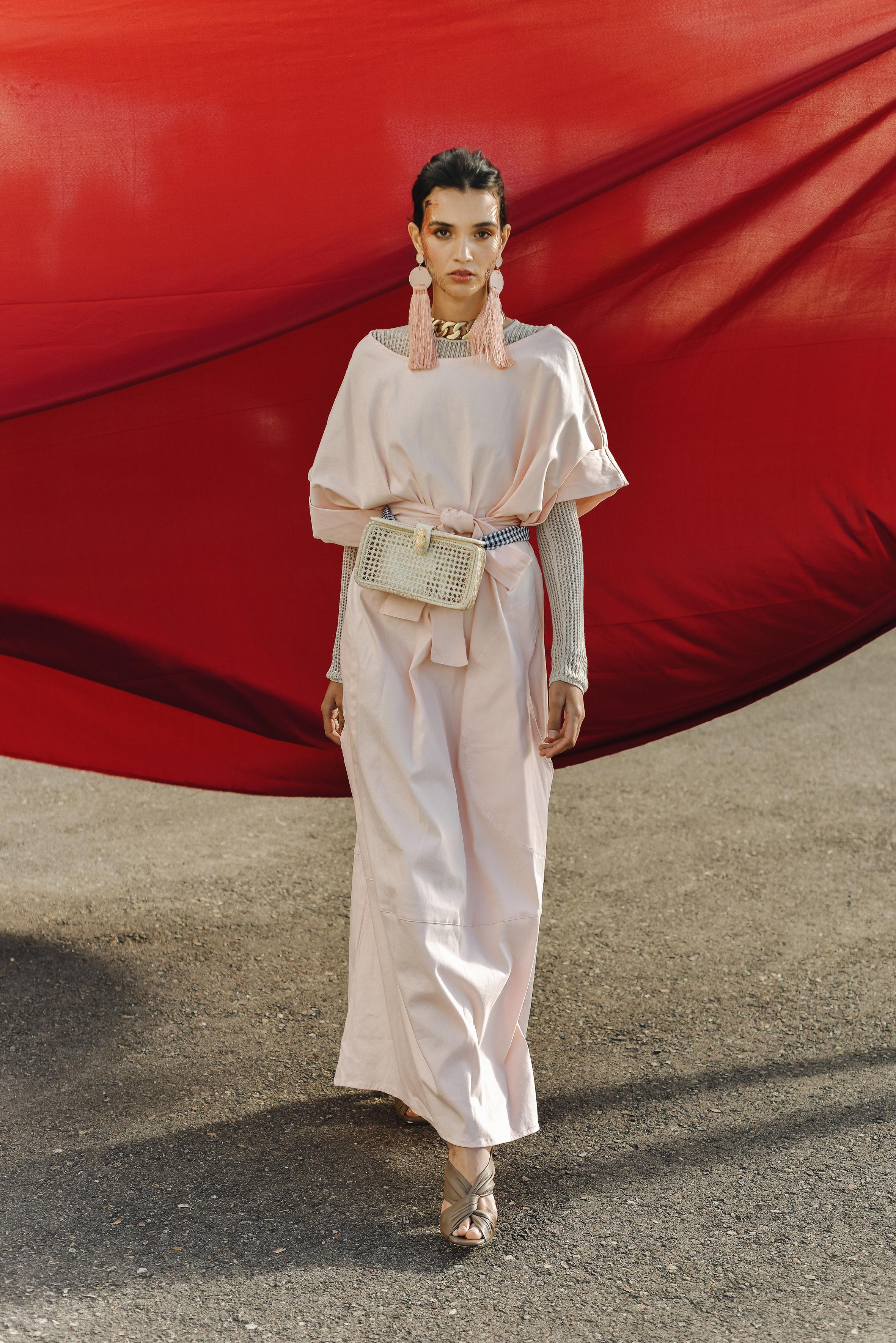 Dress. MICLOTT / Shoes. Carlota / Earrings. Adriana Tavera / Purse. Palma Canaria / Necklace. Sofía Llanos at Casa Precis.