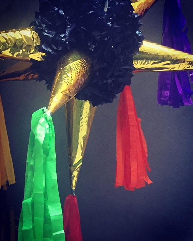 ¡Felices fiestas gente bonita! Nos vemos el 27 de diciembre para servicio normal! #disfrutenydescansen #losmejoresdeseos piñata hecha por: Mariana de nuestro equipo de sala ❤️