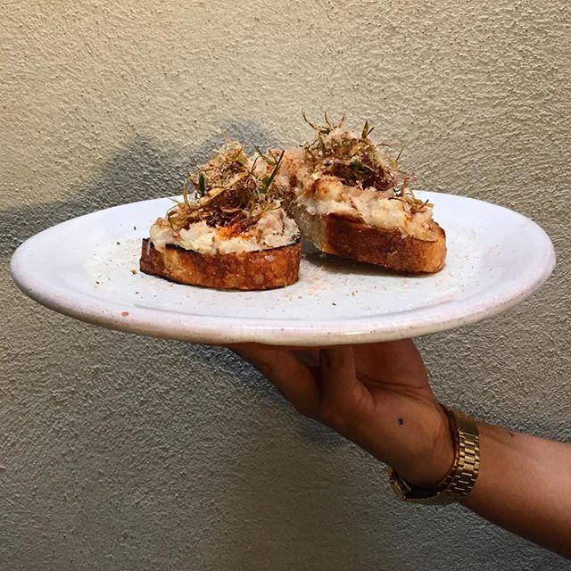 Pan casero tostado con brandade, cebollín frito de @haciendalagrande_mx y mucha salsa macha!!