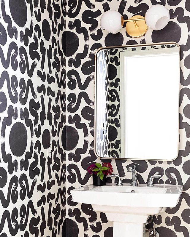Beautiful install of our PALMA wallpaper in @allison.crawford's powder room. Available in three colorways. Photo: @nicolemlakar #taylorwmurphy ⚫️⚡️⚪️