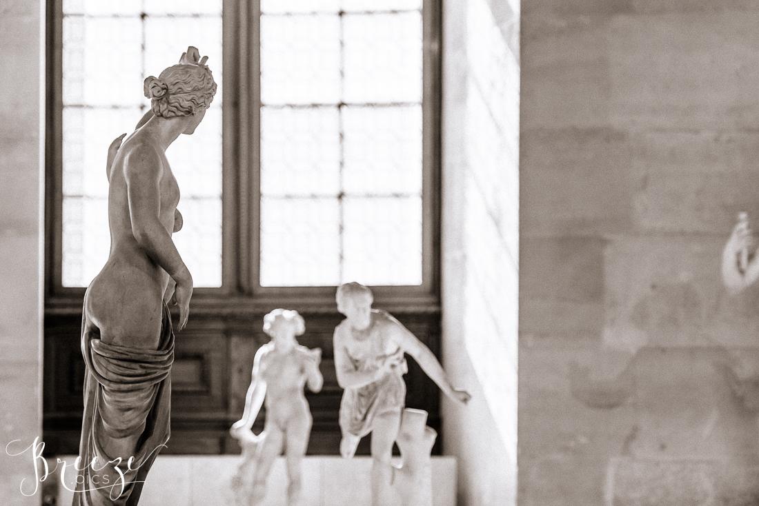 B&W_photo_Louvre_sculptures.jpg