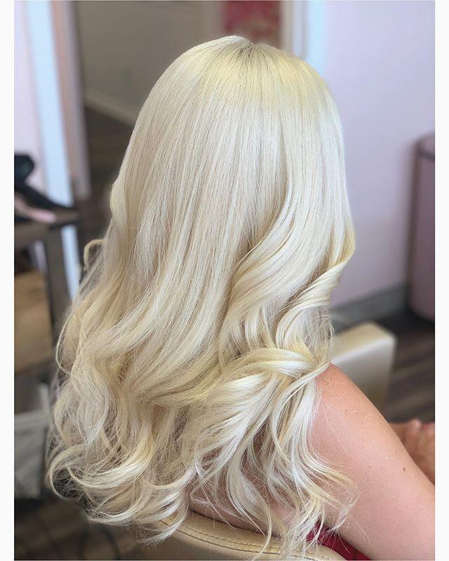 Sleek, effortless waves for this platinum princess✨ . . . #overlandpark #overlandparkks #kansascityhairstylist #blonde #blondehair #hairstyles #hair #blowout #blowoutstyles #softwaveshair #longhair #longhairstyles #sleekhair #weddinghair #leawoodstylist #prettysuitekc