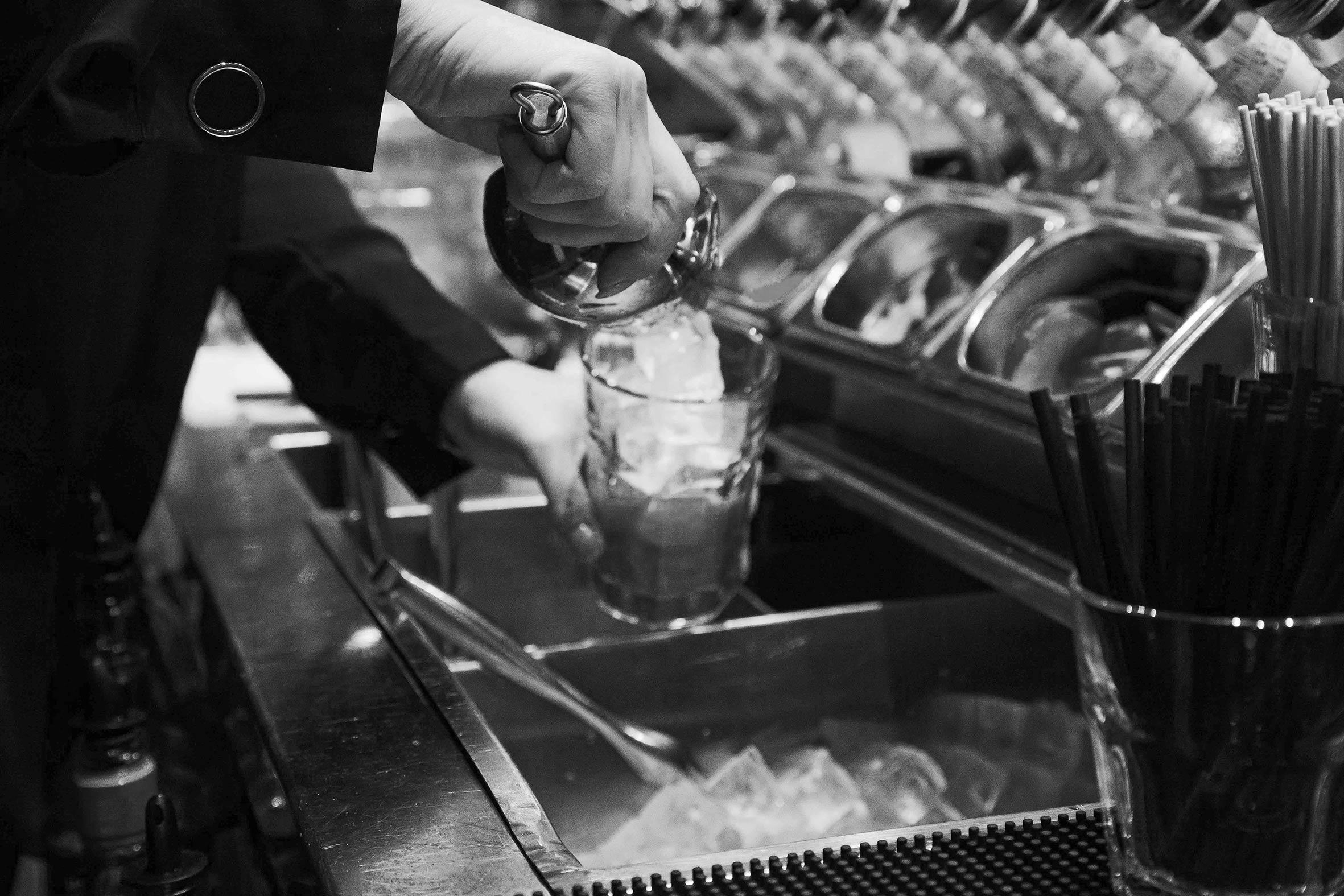 rosalys-restaurant-bar-zuerich-mixing-cocktails