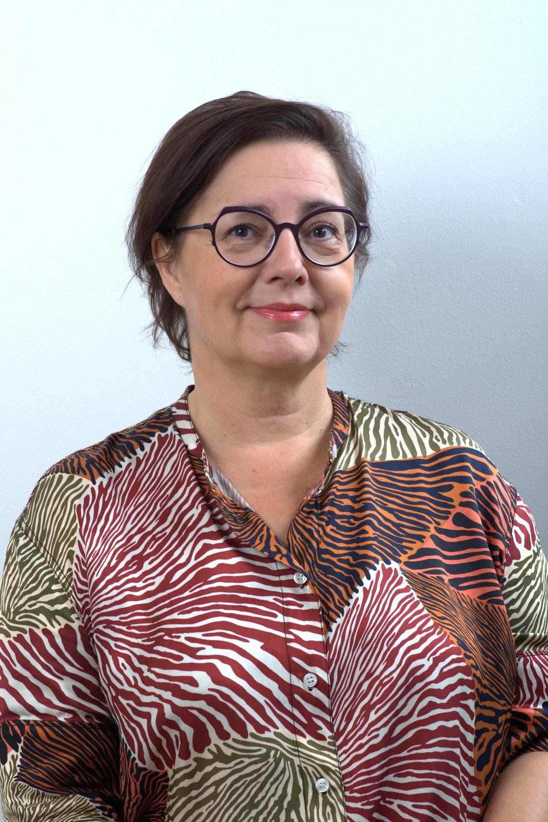 """Tarja Laukka, optometrist, ägarinna, rätt att ordinera kontaktlinser, specialist på arbetsseende, rätt att använda diagnostiska läkemedel.  Tarja tycker om att läsa, gå på bio, sköta om sitt barnbarn och gå på joga. Hon cyklar till jobb, är styrelsemedlem i  Suomen Näköasiantuntijat Oy  och är med i företagarnas föreningsverksamhet. Tarja är Iris optikers skräpsorteringsinformatör.   """"Ibland är underbarare än alltid."""""""
