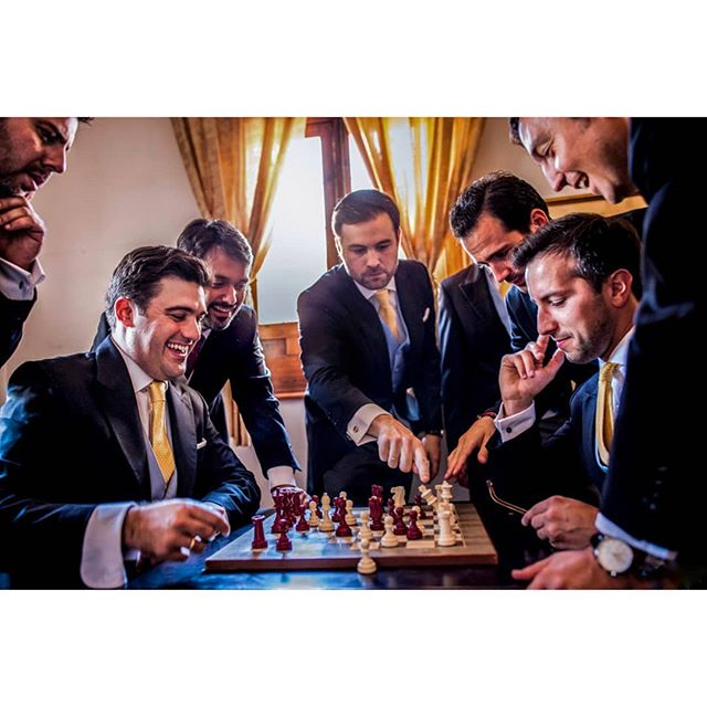 Master chess by @rafaeltorresphoto - www.thewedroads.com - #groom #bestman #wedding #vestidodenovia #justmarried #love #weddingdress #noviasdiferentes  #noviaselegantes #bridesmaid #weddingphoto #asisimecaso  #atelier  #boda #momentosespeciales #thewedroads #spain #lovemoments #toledo #palaciogaliana #chess #siquiero