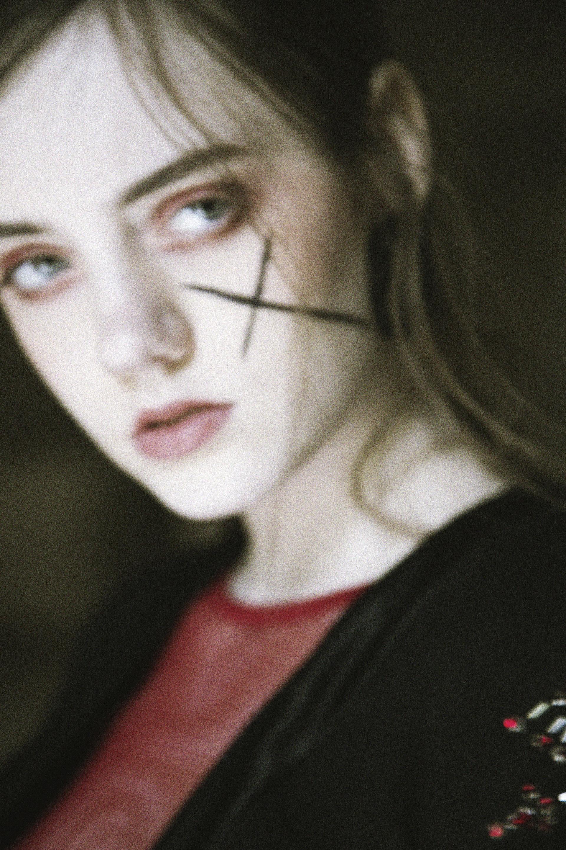 Adele / Blazer: Simone Battista. Top: Urban Outfitters. Earrings: H&M.