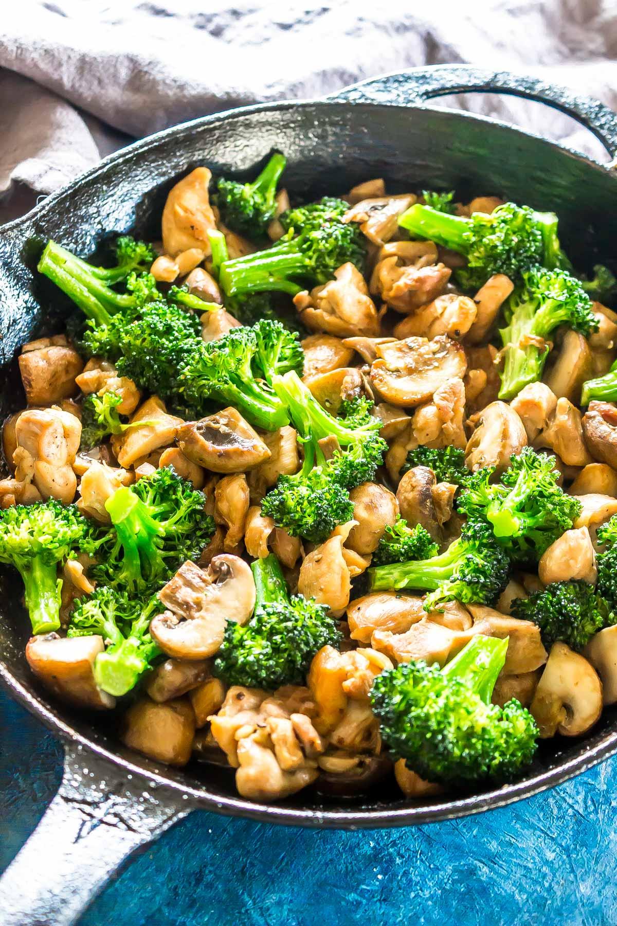 This Keto Hibachi Chicken is an easy skillet recipe that has less than 5 ingredients! #glutenfree #ketorecipe #ketodiet #keto #lchf #lowcarbrecipe #lowcarbdiet #easyrecipe