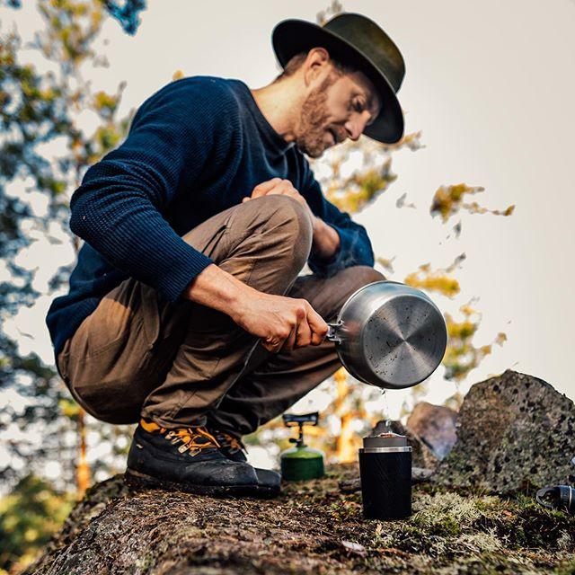 Linus gillar kaffe, därför har Linus ansvar för kaffet. Linus använder en Cafflano Klassic. Gör som Linus 😎. #outdoor #cafflano #campingcoffe #guywithhat #outdoorsmen #outdoordays @cafflano.official
