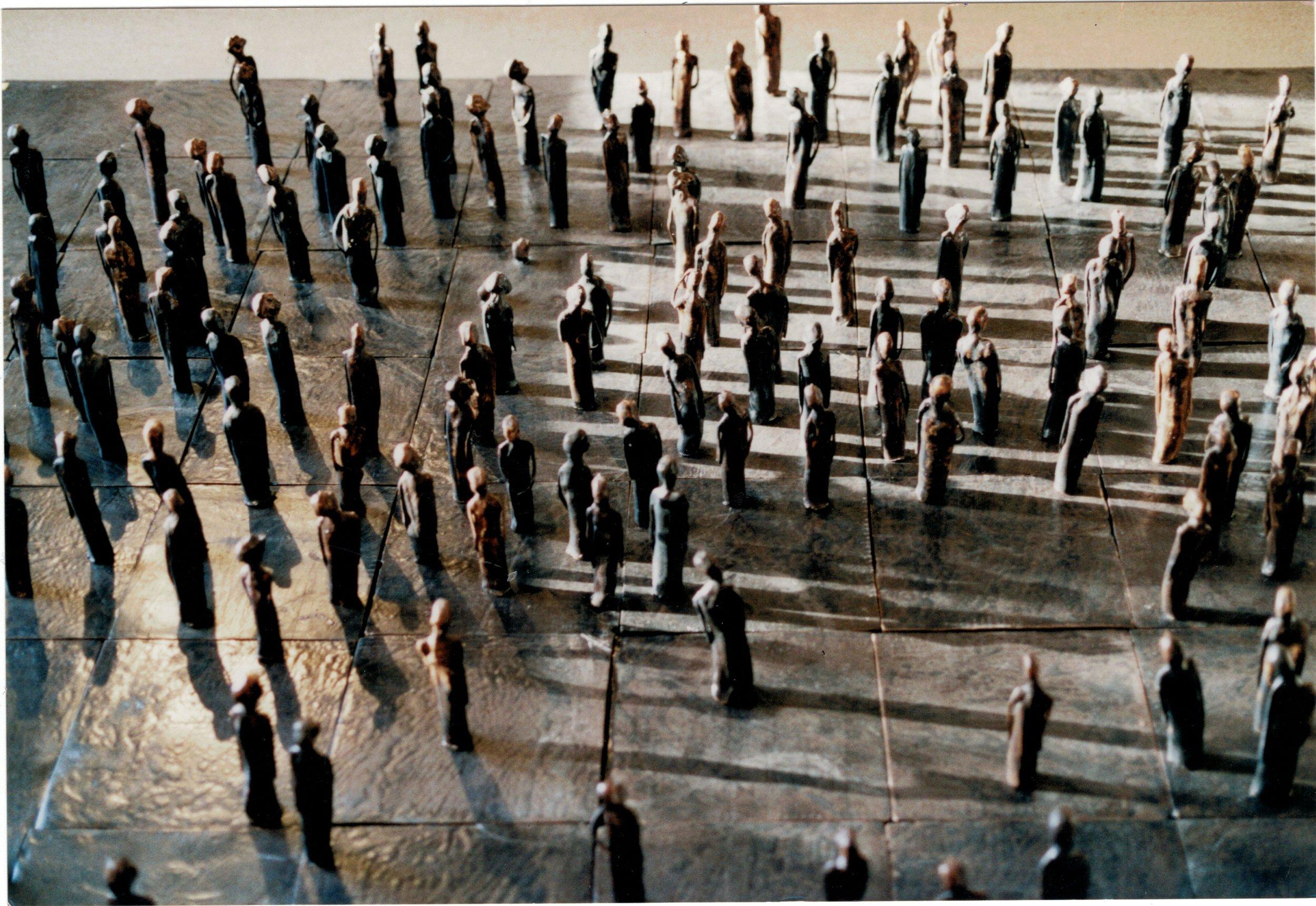 Marcheurs -espoir-, 1997, Céramique, 20 x 182 x 208 cm.