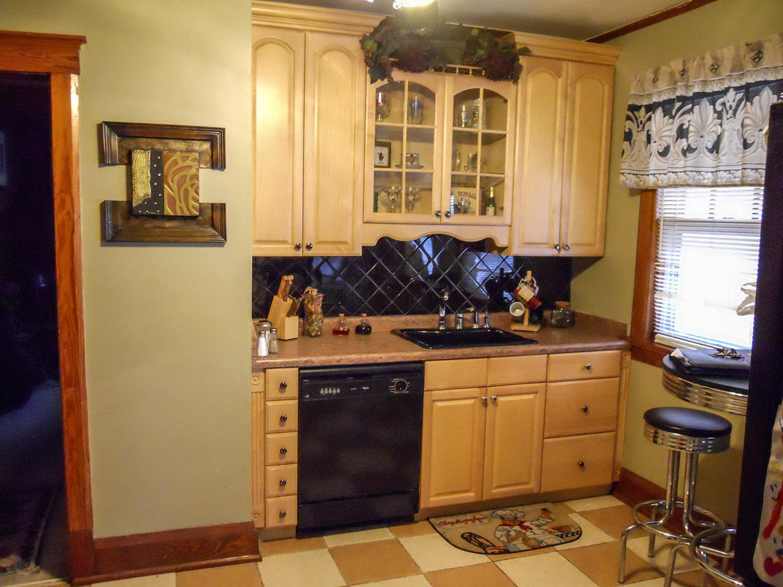 kitchen_blackbacksplash_web.jpg