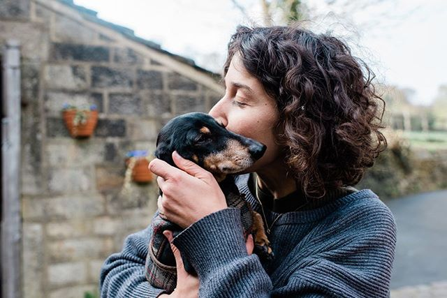 Bri is 9 🎈Our fav dog companion 💖 Most days he doesn't get any attention, we're too busy doing gardening jobs so he just follows us around chasing cats and foxes. Lovely @sarahmasonphotouk snapped this impromptu display of adoration up in hebden bridge last week while we were busy flowering with @simplybyarrangement ⚡️ Lots of us flower farmers have dogs - think they keep us sane when things can feel very much out of our control!