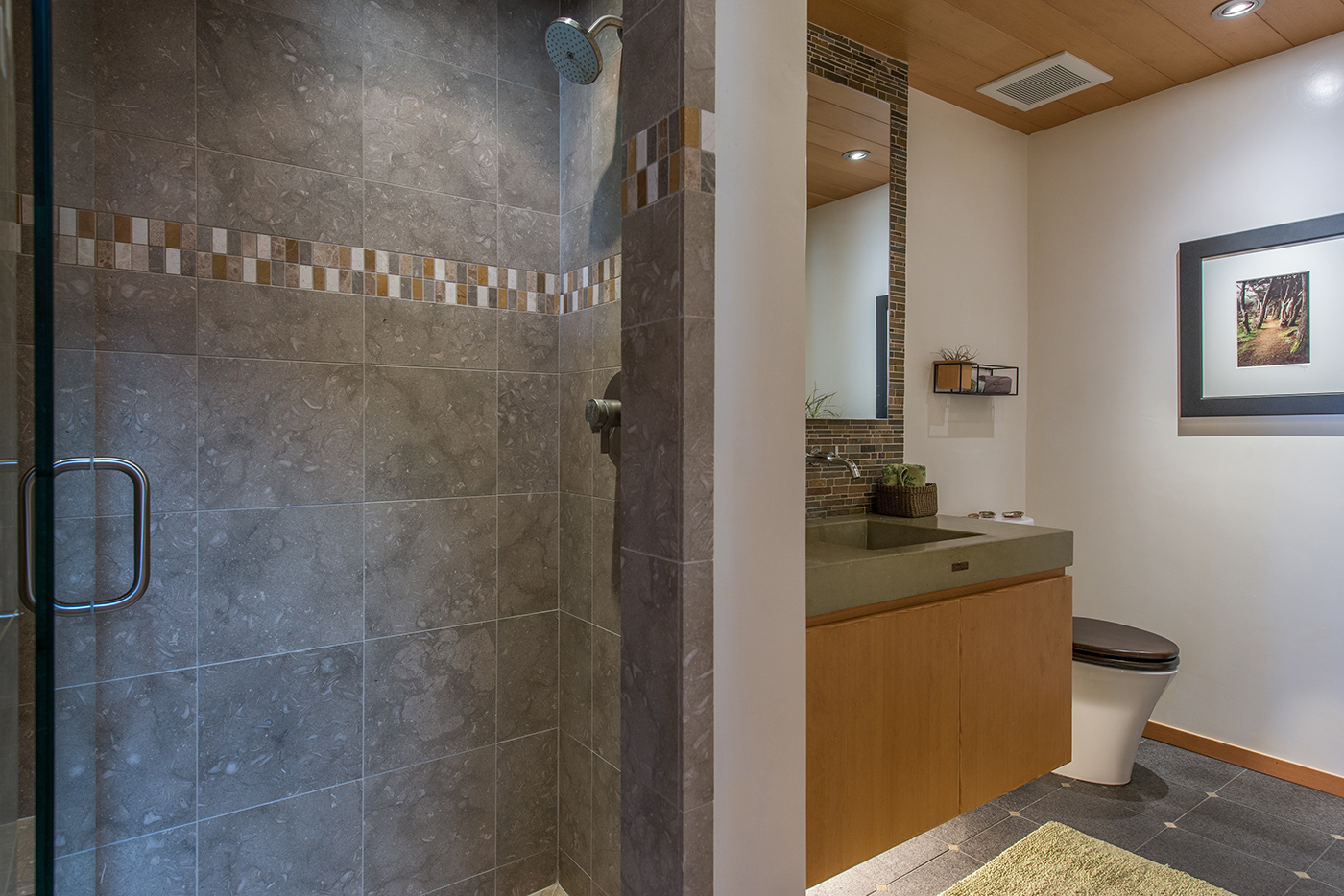 10-211-bathroom.jpg