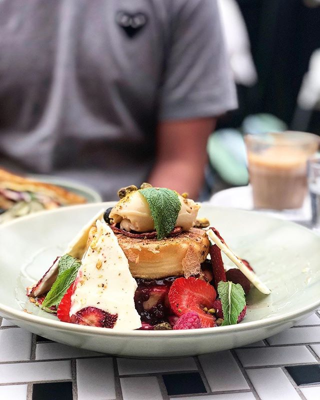 If you're anything like me Mondayitis is a pain. Downing one of these would definitely help cure it though! 😩Fancy having a French Toast with a difference? Head down to @melvincoffeeandkitchen for this delicious stack of Crumpet French Toast. 🥞☕️ To read more about it check out my latest review on Hangry Dreamer (link in my bio)!
